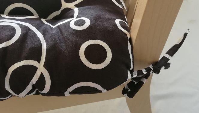 Podsedák na židli foukaný se šňůrkou - 40 x 40 - béžové kruhy